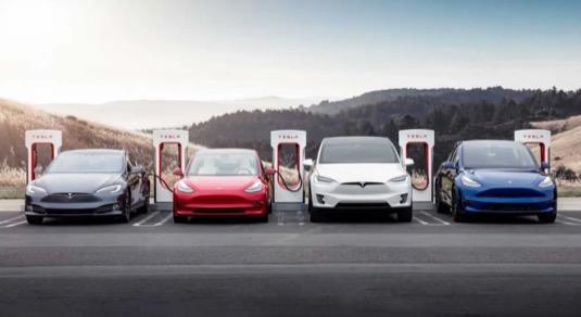 Tesla před otevřením sítě nabíječek Supercharger chystá jejich masivní expanzi