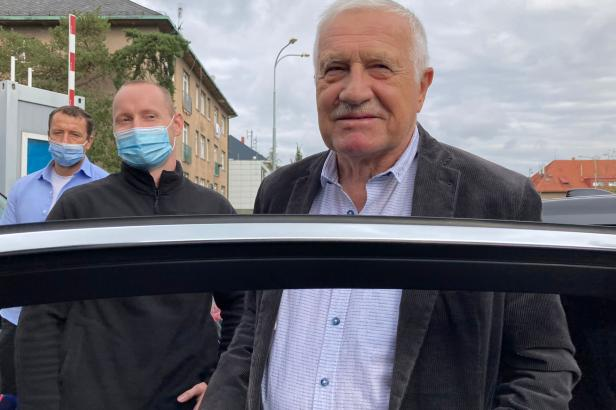 Exprezident Klaus absolvoval v nemocnici kontrolu a zároveň tam navštívil prezidenta Zemana