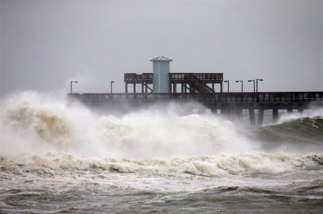 Nad Atlantským oceánem se vytvořila bouře Peter, sílí tam i další cyklóna