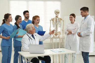 Při výuce se nám nedostatečně věnují, stěžují si budoucí lékaři. Chybí učitelé i vhodné prostory