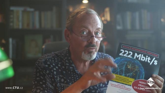 Nenechte se zpomalit, vyzývá herec Brousek v kampani ČTÚ o reklamaci připojení