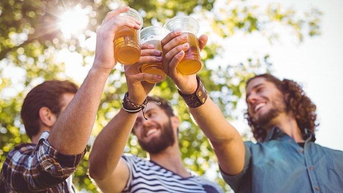 Češi si oblíbili sudové pivo na chaty. Tipněte si, zda vláda hospody zase zavře
