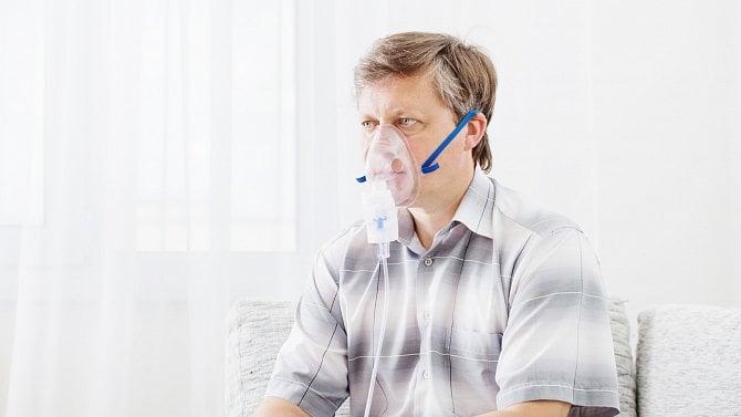 Část pacientů nedosáhne na léčbu jizev na plicích, umírají předčasně