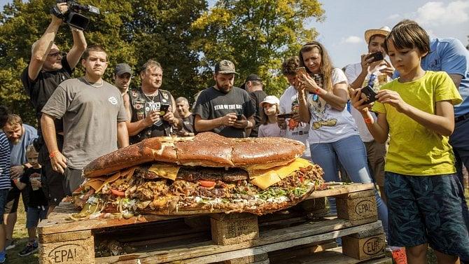 Největší burger vČR váží 95kilo
