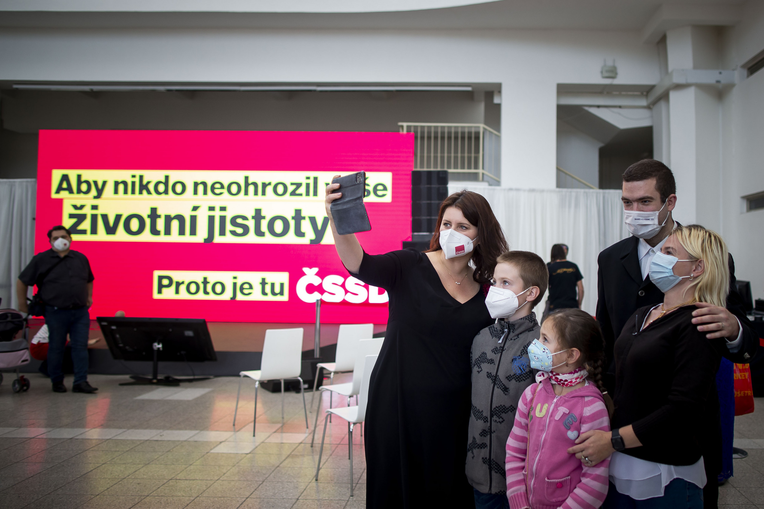 """Za reklamy odpovídá úředník zMPSV, stojí na Facebooku Jany Maláčové. """"Stránku jen založil, platí to ČSSD,"""" říká politička"""