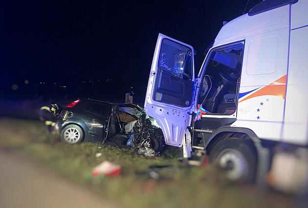 Čelní srážka zdevastovala předek auta, osazenstvo bylo na místě mrtvé