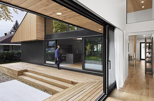 Z nenápadného bungalovu vznikl útulný dům plný světla a dřeva