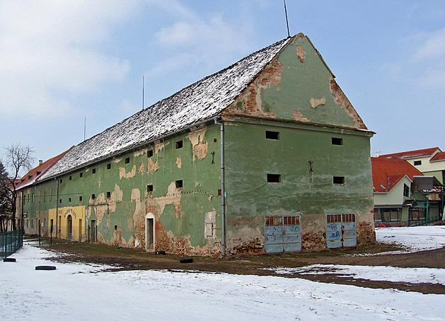 Z Panského dvora ve Veselí se zachránila jedna budova. Teď slouží všem