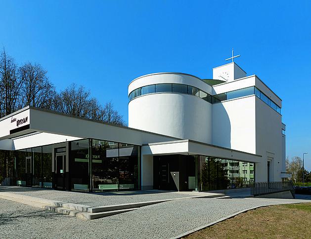 Barrandovský kostel vsadil na výzdobu světlem. Barvy se mění spolu s počasím