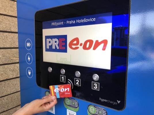 V síti E.ON a PRE elektromobilisté nově nabíjí už jen s jedním čipem, připravuje se mezinárodní roaming