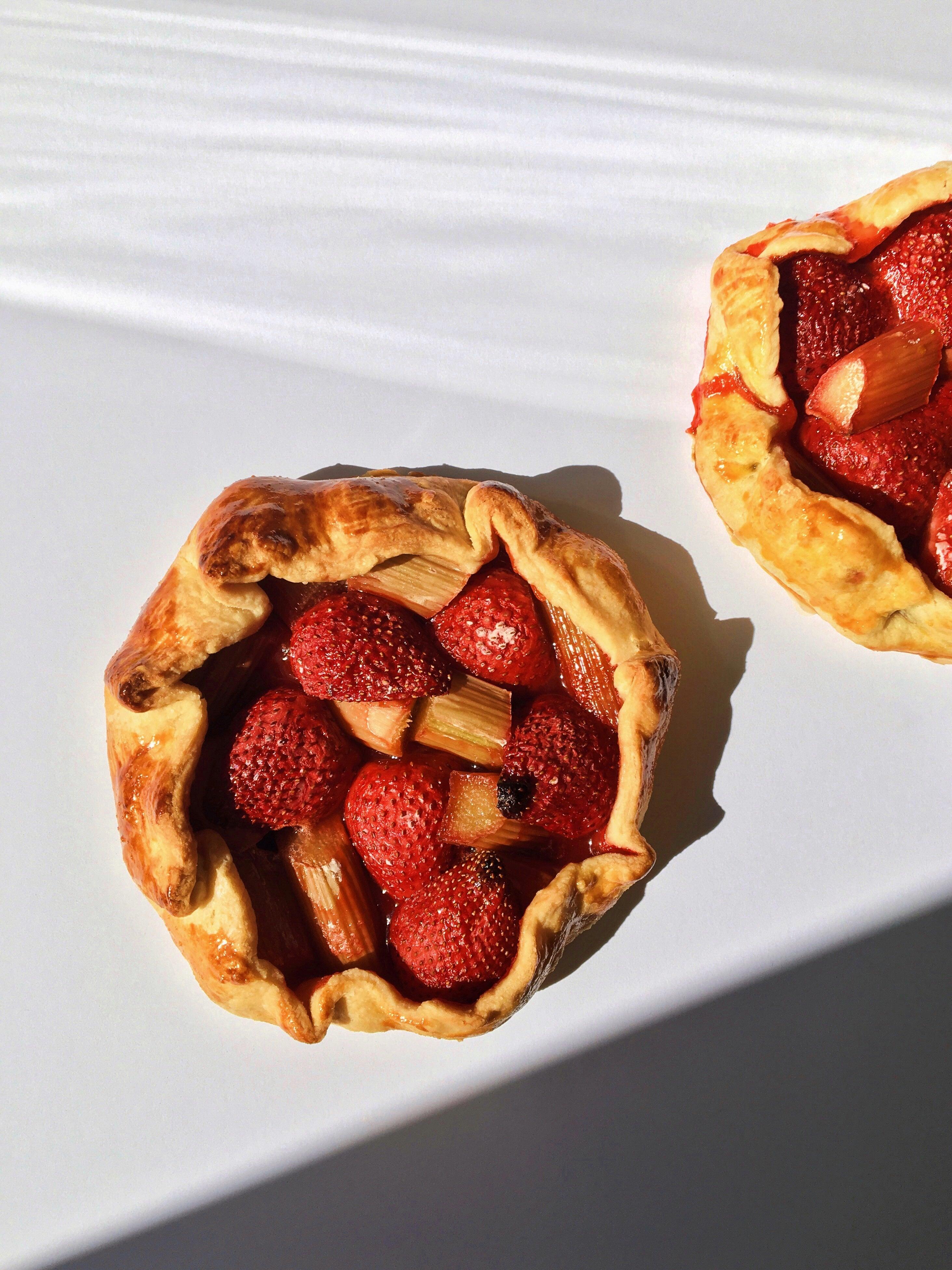 Vogue v kuchyni #20: Galetka s rebarborou a jahodami à la Bode