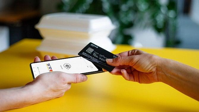 Proč vám obchodník vrací peníze placené kartou zase jen na kartu?