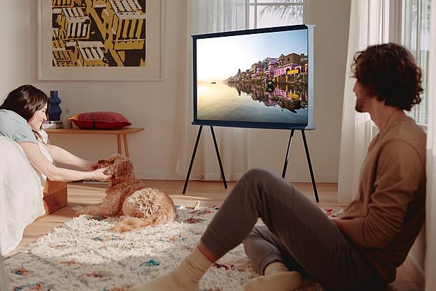 Televize uprostřed místnosti boří zajetý systém, zeď jí spíš překáží
