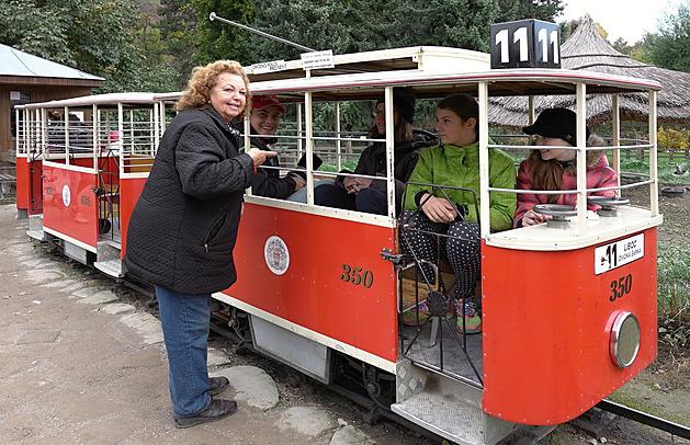 Legendární dětská tramvaj v Zoo Praha už zase jezdí. Opravovali ji dva roky