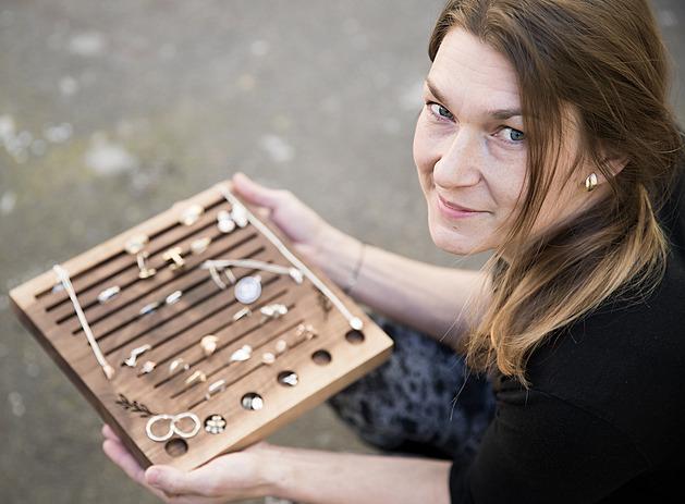 Vyrábí šperky inspirované kávovými zrnky. Vyprávějí příběhy a vyjadřují lásku