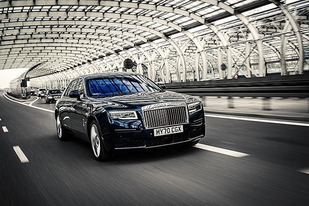 Nejlepší auto světa hýčká a uhrane. Chrám luxusu a pohodlí Rolls-Royce Ghost