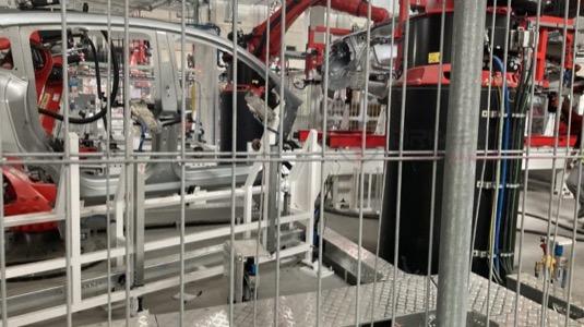 Tesla Gigatovárna Berlín už testuje vybavení pro výrobu elektromobilu Model Y