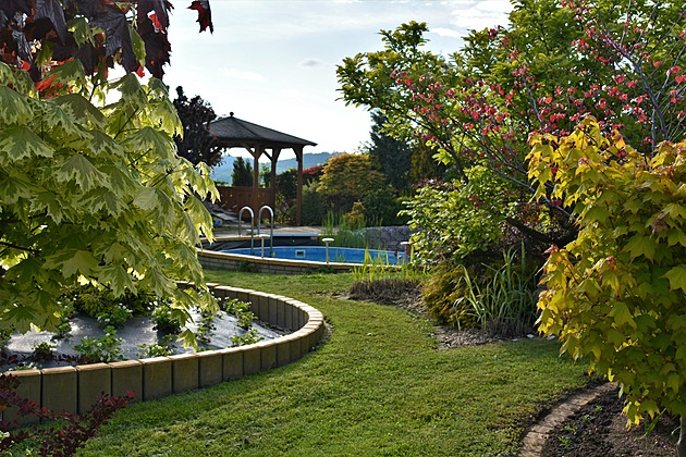 Pestrobarevná zahrada v Českém ráji má raritu, bazén usazený v jezírku
