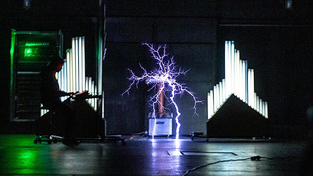 Začátky génia. Malý Nikola Tesla hladil kocoura po srsti, až to zajiskřilo