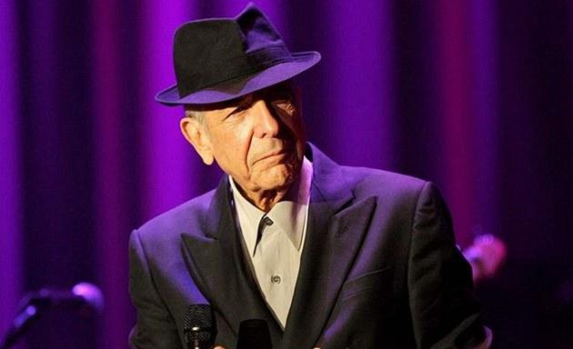 Plamen zažehnutý Leonardem Cohenem plápolá dál. V knize básní i textů
