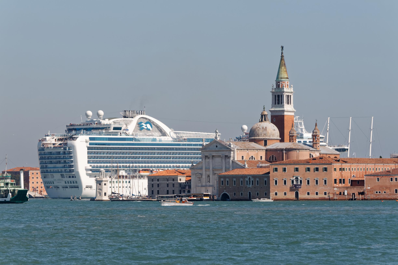 Protestující na člunech proti obří výletní lodi. Symbol masové turistiky nechceme, říkají Benátčané