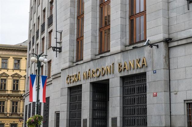 ČNB by měla zvednout sazby už v červnu, míní Holub z bankovní rady