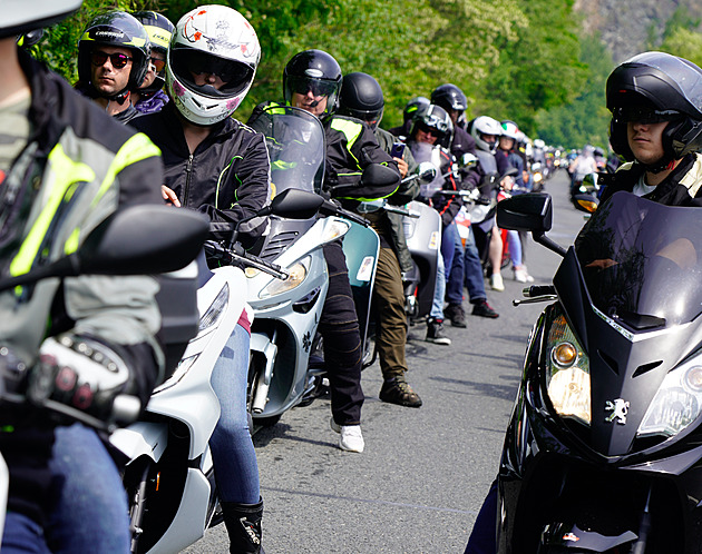 Prahou po dvou kolech. Skůtršňůru letos upletlo 500 jezdců a zářivá Italka