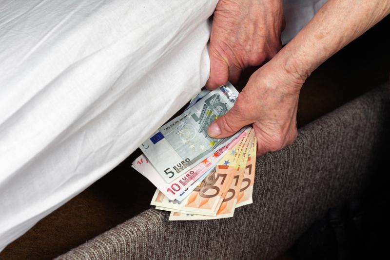 Spoření včervnu: kam se (ne)vyplatí vložit peníze?