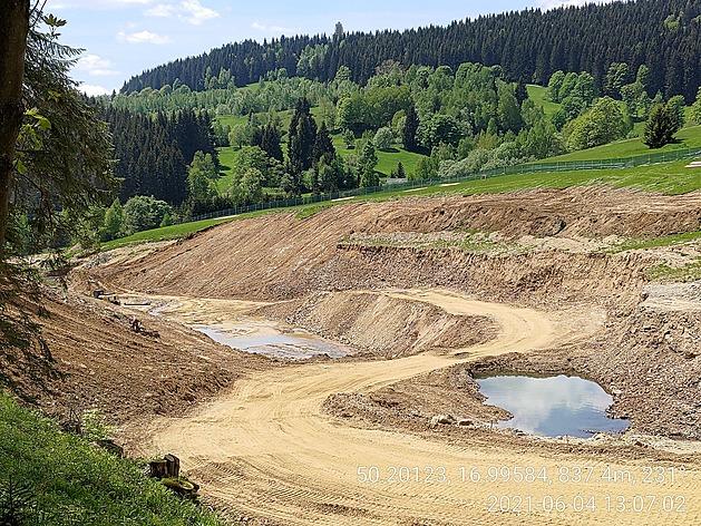 Exekutor staví přehradu načerno. Úřady mu daly minimální pokutu i povolení