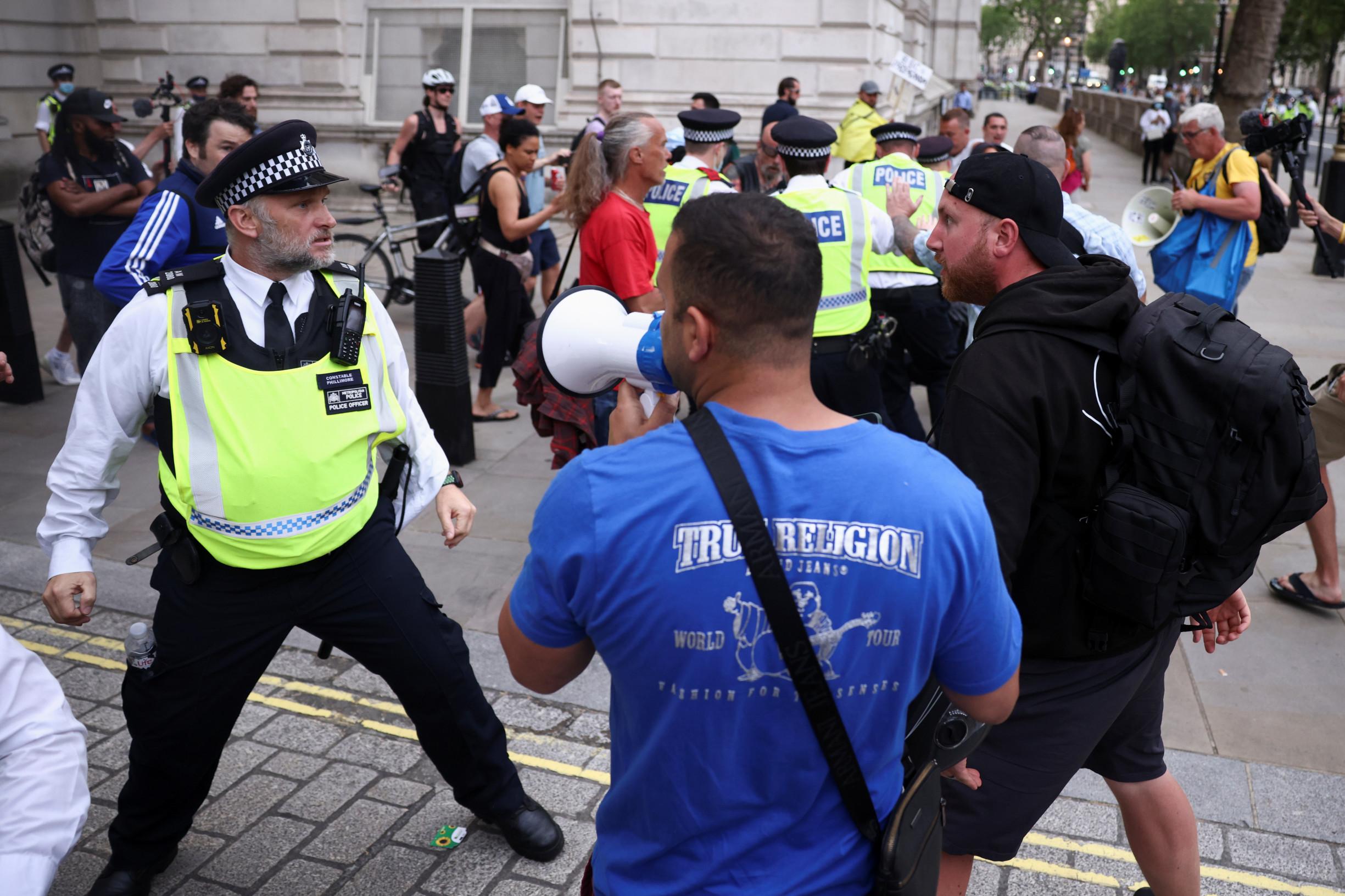 Frustrace vBritánii: vláda odkládá návrat knormálu, ohrožené jsou dovolené, hospody idivadla