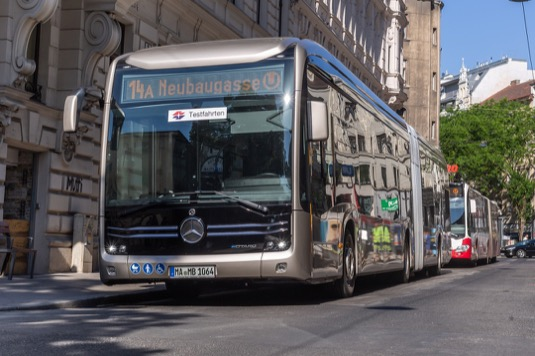Kloubový elektrobus Mercedes-Benz eCitaro vyjel poprvé ve Vídni