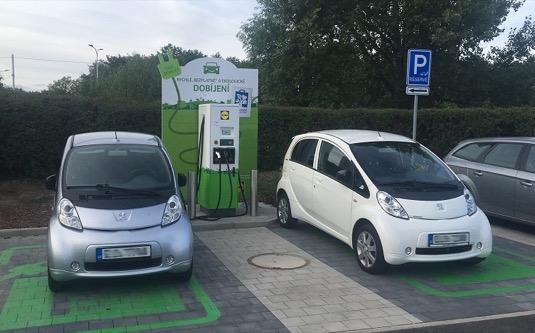 Nabíjecí stanice pro elektromobily u Lidlu stále přibývají, je jich už 20