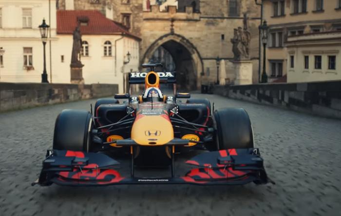 RedBull uvedl reklamní spot s jízdou formule po Karlově mostě