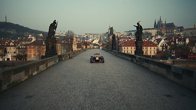 VIDEO: Red Bull ukázal film z Karlova mostu, formule projela i pod Tatrami