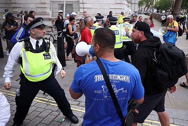 Zrada! Britové kritizují odklad rozvolnění, demonstranti honili novináře