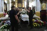 V Teplicích se koná pohřeb muže, který zemřel po zásahu policie. Podle pitvy na zástavu srdce