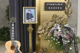 V zaplněném strašnickém krematoriu se lidé loučí s hudebníkem Františkem Nedvědem