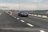 D11 u Prahy bude uzavřena až do nedělního večera. Demolici mostu zkomplikoval kabel pod proudem