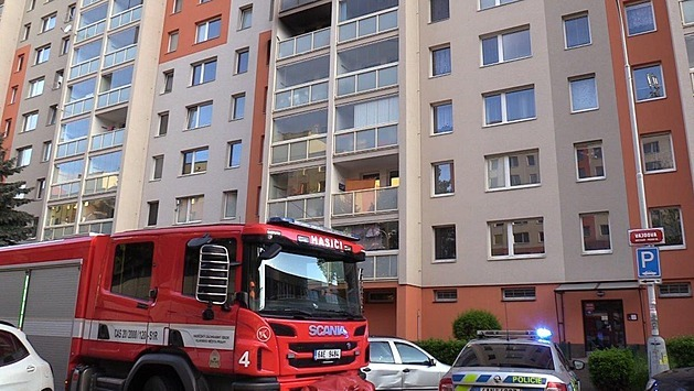 Při požáru bytu plného odpadu v panelovém domě zemřela žena